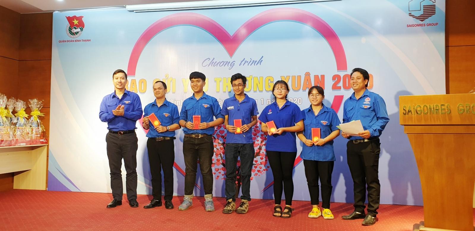 Đại diện Saigonres Group đồng chí Phạm Tuấn - Bí thư chi đoàn thanh niên Saigonres đã trao những phần quà ý nghĩa đến các đối tượng tham gia chương trình